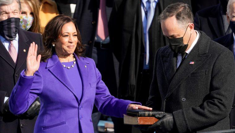 Kamala Harris jura como vicepresidenta de los Estados Unidos, y la acompaña su esposo Doug EmhoffU.S. (Foto Prensa Libre: EFE)