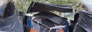 Migrantes permanecen en un albergue improvisado en Matamores, México, a la espera de ser admitidos en EE. UU. (Foto Prensa Libre: EFE)
