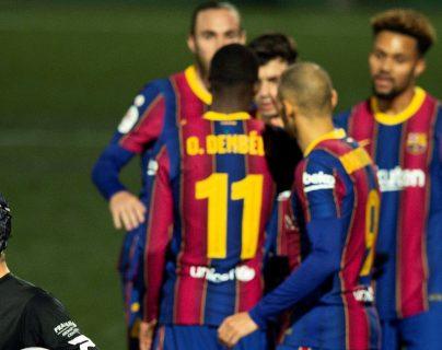 Los jugadores del FC Barcelona celebran junto al guardameta del Cornellá, Ramón Juan, el pase del equipo blaugrana a los octavos de la Copa del Rey. (Foto Prensa Libre: EFE)
