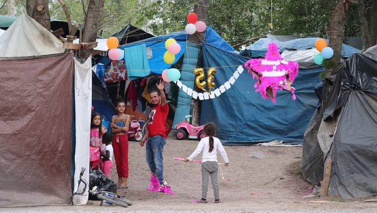 Muchas de las mujeres que van en las caravanas del migrante, huyen de un hogar violenta y otras son violentadas dentro de estas mismas caravanas. (Foto Prensa Libre: EFE)