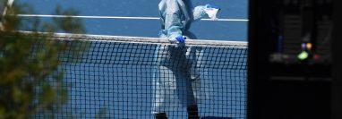El Abierto de Australia corre peligro de no celebrarse, pues cada vez suman más casos positivos entre tenistas y personal. (Foto Prensa Libre: EFE)