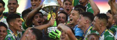 Jugadores de Defensa celebran con el trofeo al ganar la Copa Sudamericana frente a Club Lanús en el estadio Mario Alberto Kempes en Córdoba (Argentina). (Foto Prensa Libre: EFE)