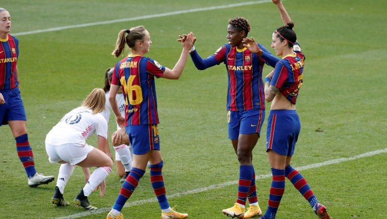 El FC Barcelona derrotó 4-1 al Real Madrid en la máxima liga femenina de España. (Foto Prensa Libre: EFE)