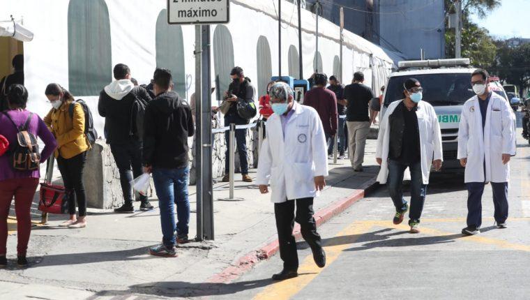 La demanda de pruebas para detectar el covid-19 aumenta en el país. (Foto Prensa Libre)