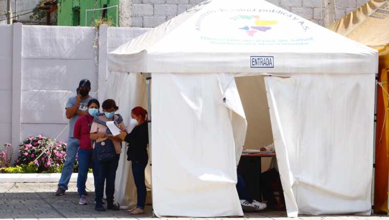 De acuerdo con expertos, el repunte de casos respondería al descuido por fiestas de fin de año. (Foto Prensa Libre)