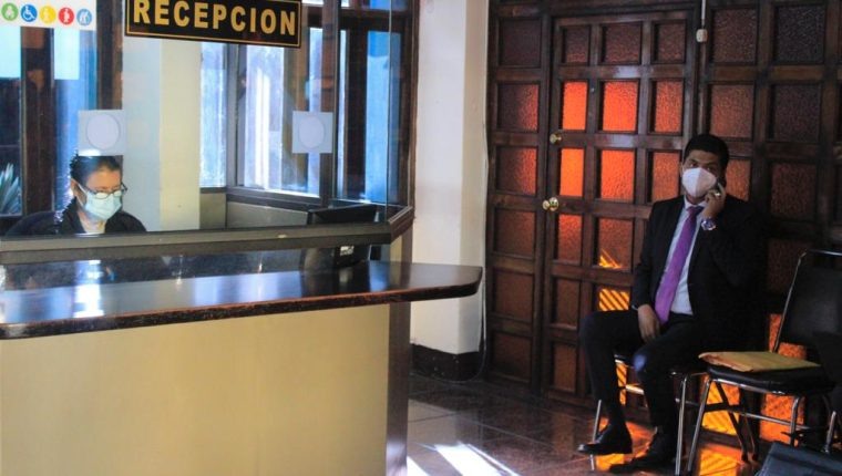 El magistrado electo llegó este viernes 29 de enero a la CC para que le dieran posesión, pero no lo logró. (Foto Prensa Libre: Juan Diego González)