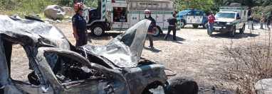 El picop cayó en una hondonada y luego se incendio en la ruta de San Martín Jilotepeque a Chimaltenango.  (Foto Prensa Libre: Víctor Chamalé)