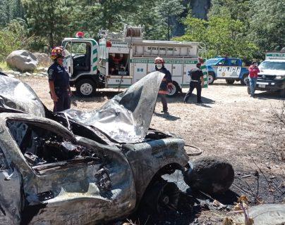 Picop cargado con más de 20 personas cae en hondonada, se incendia y una mujer muere