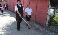 Es importante aprender cómo se movilizan las personas con discapacidad visual por las calles. (Foto Prensa Libre: Juan Diego González).