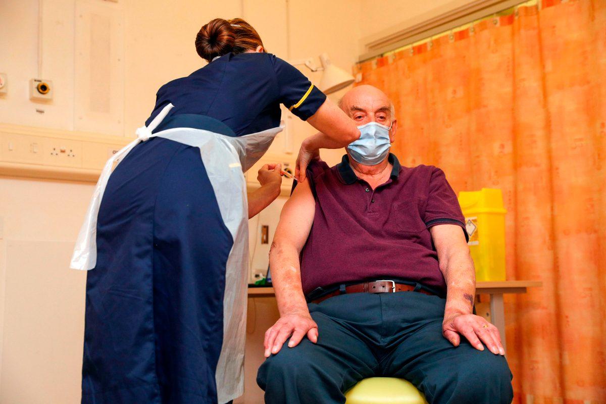 La primera vacuna de Oxford/AstraZeneca es aplicada a un hombre de 82 años en Reino Unido