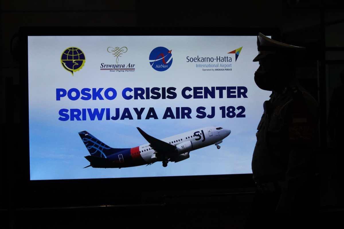 Avión en Indonesia despegó con 62 personas, perdió contacto, y en menos de 4 minutos cayó al mar