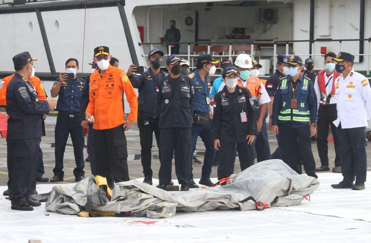 Hallan partes de cuerpos en zona donde desapareció un avión con 62 personas a bordo en Indonesia