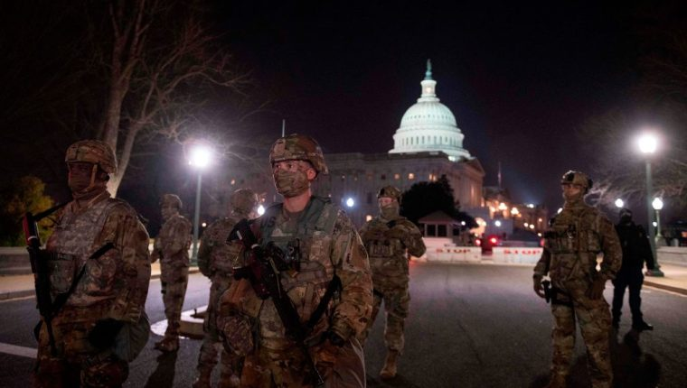Miembros de la Guardia Nacional custodian el Capitolio este martes. (Foto Prensa Libre: AFP)