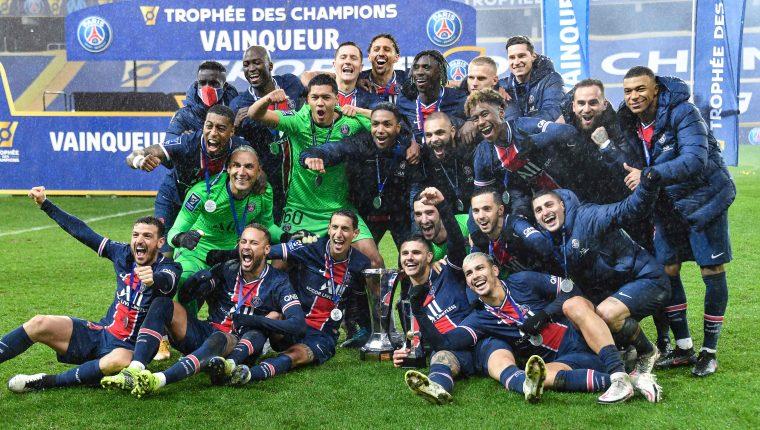 Los jugadores del Paris Saint-Germain celebran el primer logro del 2021. Foto Prensa Libre: AFP.
