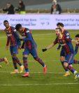 Los jugadores del FC Barcelona celebran el pase a la final de la Supercopa de España. Foto Prensa Libre: AFP.