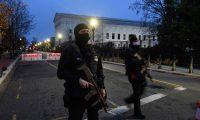 La Policía mantiene presencia cerca del Capitolio, en Washington DC, cuatro días antes de que Biden asuma como presidente de EE. UU. (Foto Prensa Libre: AFP)