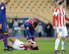 Lionel Messi trata de hablar con Asier Villalibre luego de cometerle una falta por la cual se fue expulsado de la final de la Supercopa de España. (Foto Prensa Libre: AFP)