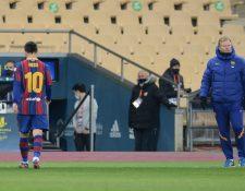 La imagen muestra a Messi saliendo del campo tras ser expulsado en la final de la Supercopa de Expaña. Esta es la primera roja que ve el argentino jugando en la máxima categoría con el Barcelona. (Foto Prensa Libre: AFP)
