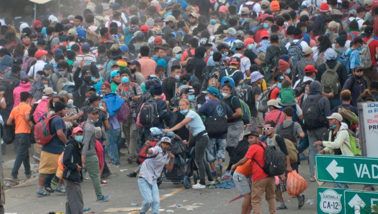 Migrantes hondureños insisten en seguir adelante a pesar de las vallas conformadas por policías guatemaltecos en Vado Hondo, Chiquimula, Guatemala. (Foto: AFP)