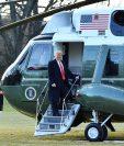 El presidente de Estados Unidos, Donald Trump, sube al Marine One en su salida de la Casa Blanca. (Foto Prensa Libre: AFP)