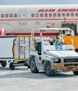 Un vuelo de Air India traslada dosis de la vaucuna Covishield fabricada en India. Es la primera vacuna de ese país en ser exportada. (Foto Prensa Libre:  AFP)