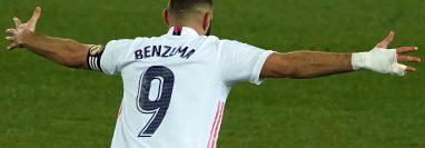 Karim Benzema anotó un doblete en el juego en el que el Real Madrid derrotó 1-4 de visita al Alavés, equipo que celebraba su centenario. (Foto Prensa Libre: AFP)