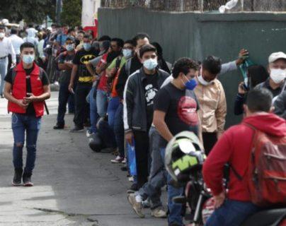 Personas hacen fila para tramitar carencia de antecedentes penales en la zona 9 de la capital. (Foto Prensa Libre: Esbin García)