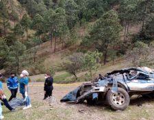 En el accidente de la comunidad Piedras Blancas, San Andrés Sajcabajá, Quiché, hubo 2 muertos y 13 heridos. (Foto Prensa Libre: Bomberos Municipales Departamentales)