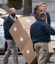 Trabajadores trasladan cajas a un camión entre la Casa Blanca y el edificio de oficinas ejecutivas de Eisenhower en Washington, DC. (Foto Prensa Libre: EFE)