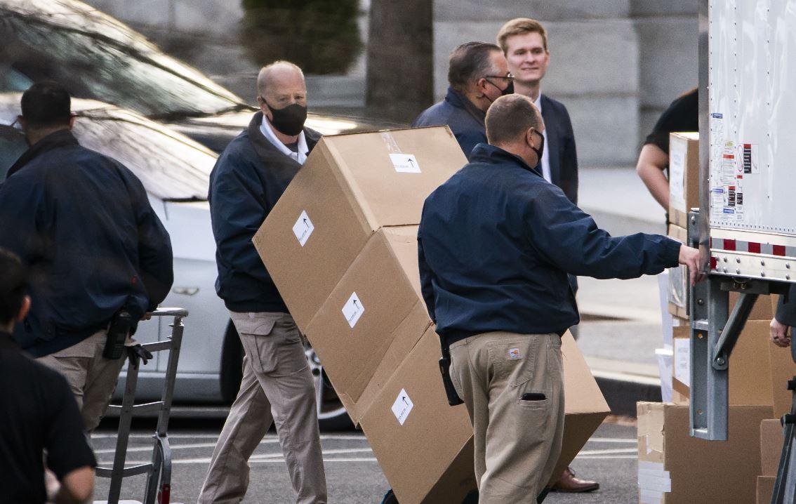 Comienza la mudanza en la Casa Blanca: Trump recoge sus pertenencias y se hace viral en redes