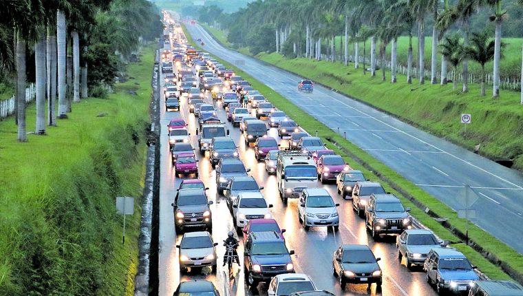 Entre 23 y 24 mil vehículos circulan a diario por la autopista Palín-Escuintla, y en días festivos el número supera los 27 mil. Los destinos son la Costa Sur y fronteras con El Salvador y México.