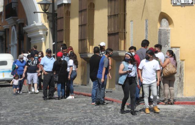 Las autoridades de Salud han pedido a los guatemaltecos mantener la prevención para evitar más casos de covid-19. (Foto Prensa Libre: Érick Ávila)