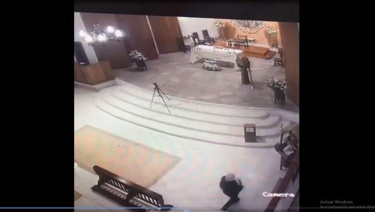 Las cámaras de videovigilancias de la Parroquia Santo Tomás de Aquino captaron el momento en que una mujer roba la imagen del Niño Dios. (Foto Prensa Libre: Captura de video)
