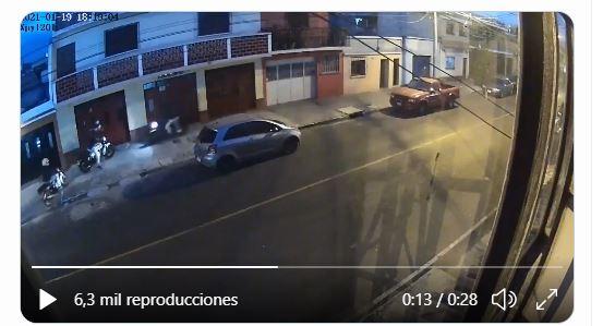 Una cámara de video vigilancia grabó el robo a un peatón en la colonia Roosevelt, zona 11 de la capital, el cual fue perpetrado por cuatro motoristas. (Foto Prensa Libre: Captura de pantalla)