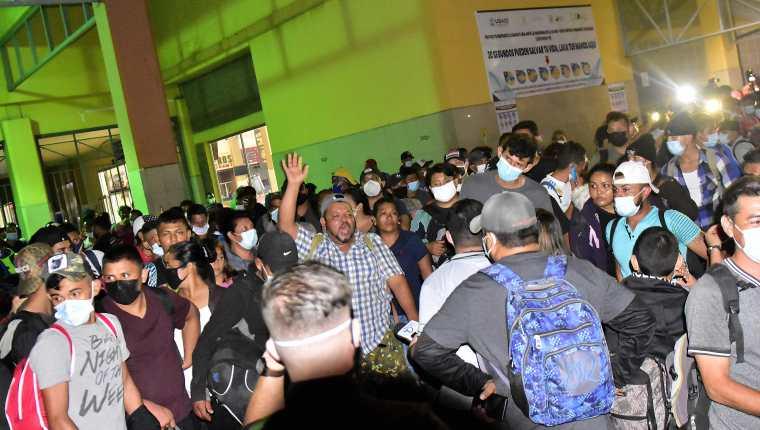 Cientos de hondureños se preparaban la noche de este jueves para partir en una nueva caravana de migrantes, en la Gran Central Metropolitana de San Pedro Sula, Honduras. (Foto Prensa Libre: EFE)