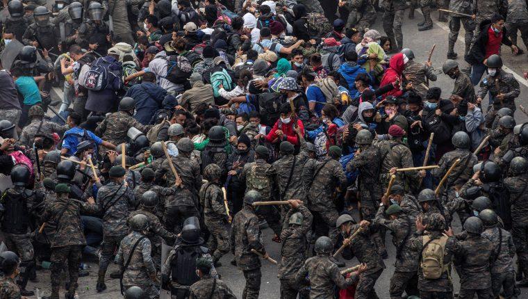 Soldados y agentes de la PNC han sido enviados a la frontera con Honduras para evitar el paso de hondureños que entraron a Guatemala de forma ilegal. (Foto Prensa Libre: EFE)