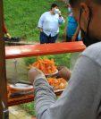Milton Estuardo Hernández comenzó con una venta de pollo en la zona 1. (Foto Prensa Libre: Cortesía SBS)