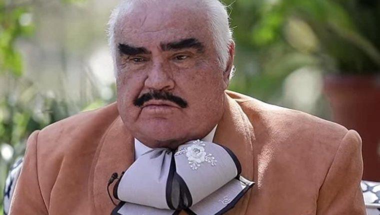 Vicente Fernández fue entrevistado en un programa de televisión y su aspecto causó una ola de memes. (Foto Prensa Libre: Twitter)