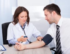Realizar un chequeo médico anual, o cuando presente síntomas, ayudará a un diagnóstico temprano y a evitar enfermedades graves. (Foto Prensa Libre: Shutterstock).