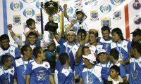 José Manuel Contreras levanta la copa del hexacampeonato en el Clausura 2015. (Foto Prensa Libre: Hemeroteca PL)