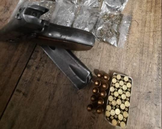 Municiones y parte de la droga localizada en cateos por parte de la PNC en tres departamentos. (Foto Prensa Libre: PNC)