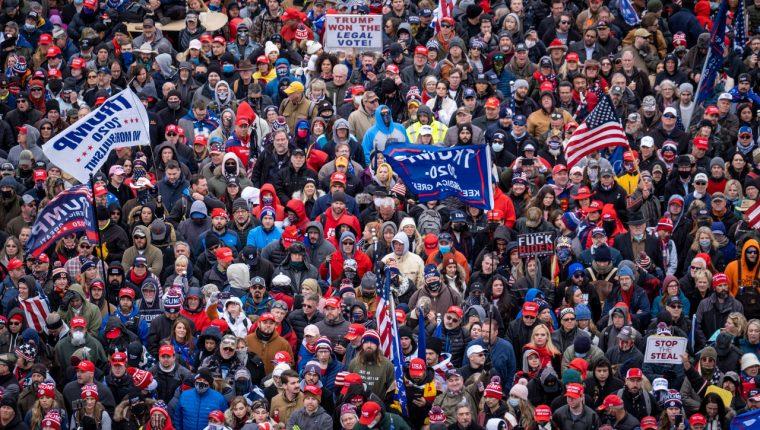 Partidarios del presidente Trump rodearon el Capitolio de Estados Unidos y traspasaron sus puertas el miércoles 6 de enero de 2021. (Jason Andrew/The New York Times)
