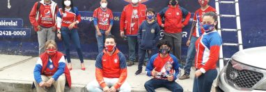 Integrantes de La Curva apoyan al equipo afuera del estadio. (Foto Prensa Libre: Cortesía Elvio López)