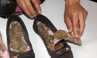 Marihuana decomisada en zapatos de mujer capturada en la cárcel para hombres de Jalapa. (Foto Prensa Libre: PNC).