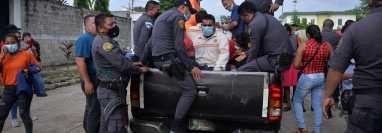 Las 15 personas fueron detenidas durante un operativo antidrogas en una plantación de caña de azúcar en Retalhuleu. (Foto Prensa Libre: Victoria Ruiz)
