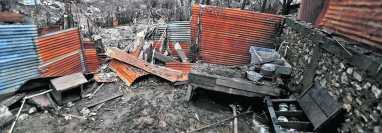 Casas destruidas, con  lodo, quedaron en Campur. En la imagen se observa lo que fue una cocina, en una de las viviendas, y al fondo,  árboles y cultivos de maíz totalmente destruidos. Foto: Juan Diego González