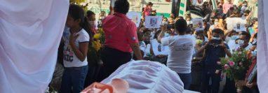 Decenas de personas dan el último adiós a Hillary Arredondo de León. (Foto Prensa Libre: Enrique Paredes)