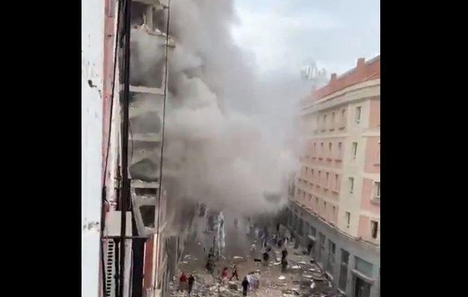Momento de la explosión en un edificio en el centro de Madrid, España. (Foto Prensa Libre: Tomada de redes)