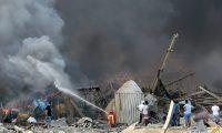 Bomberos tratan de extinguir las llamas de una de las explosiones el puerto de Beirut. (Foto Prensa Libre: AFP)