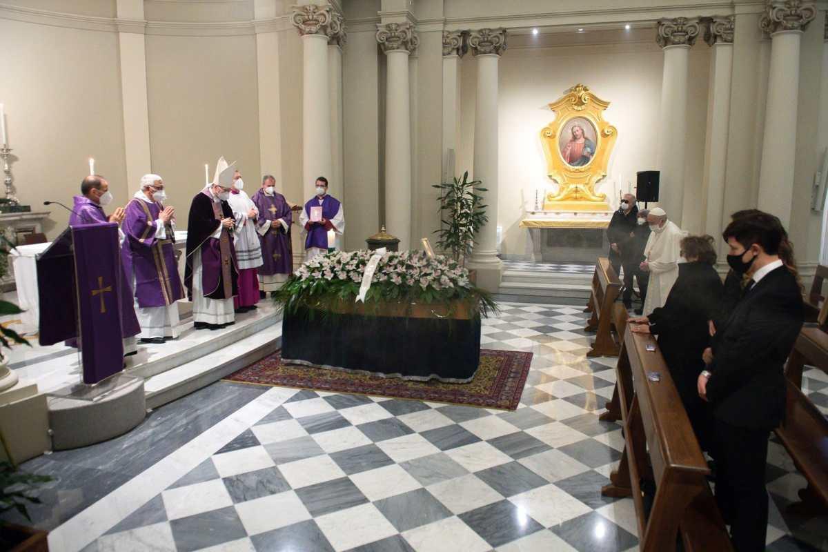 Con mascarilla y frente al féretro, el Papa participa en funeral de su médico personal, víctima del coronavirus